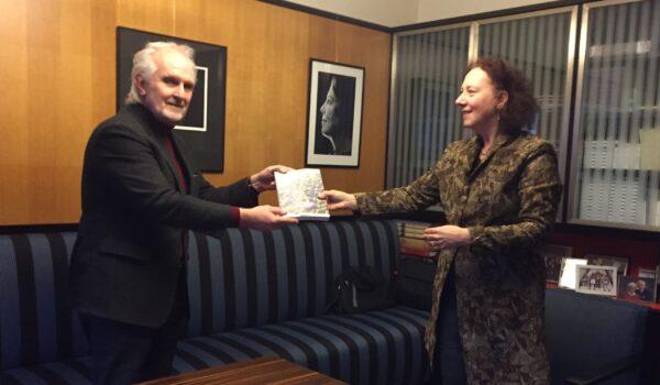 Burgemeester Broertjes neemt boek 'Dudok by Iwan Baan' in ontvangst